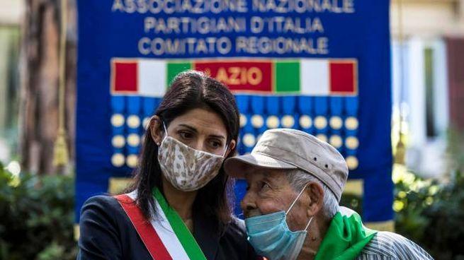 La sindaca Raggi alla cerimonia in ricordo delle incursioni aeree su Roma (Ansa)