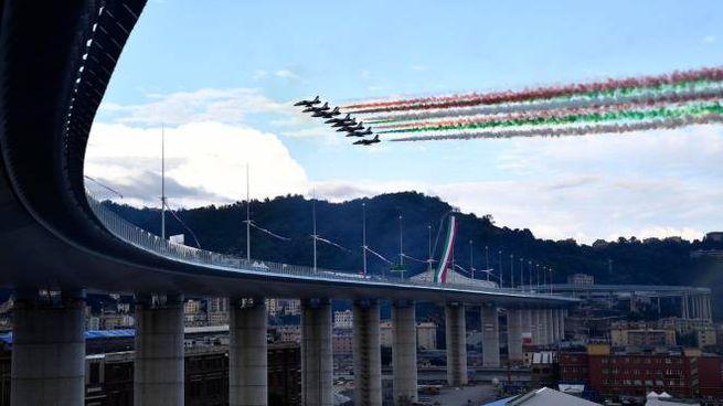 Le frecce tricolori sorvolano il nuovo ponte San Giorgio (Ansa)