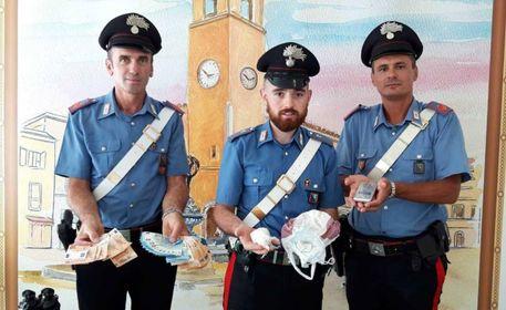 I carabinieri mostrano le sostanze e il contante sequestrato
