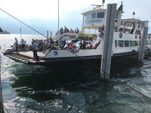 Un traghetto del Lago Maggiore in fase di attracco a Laveno Mombello