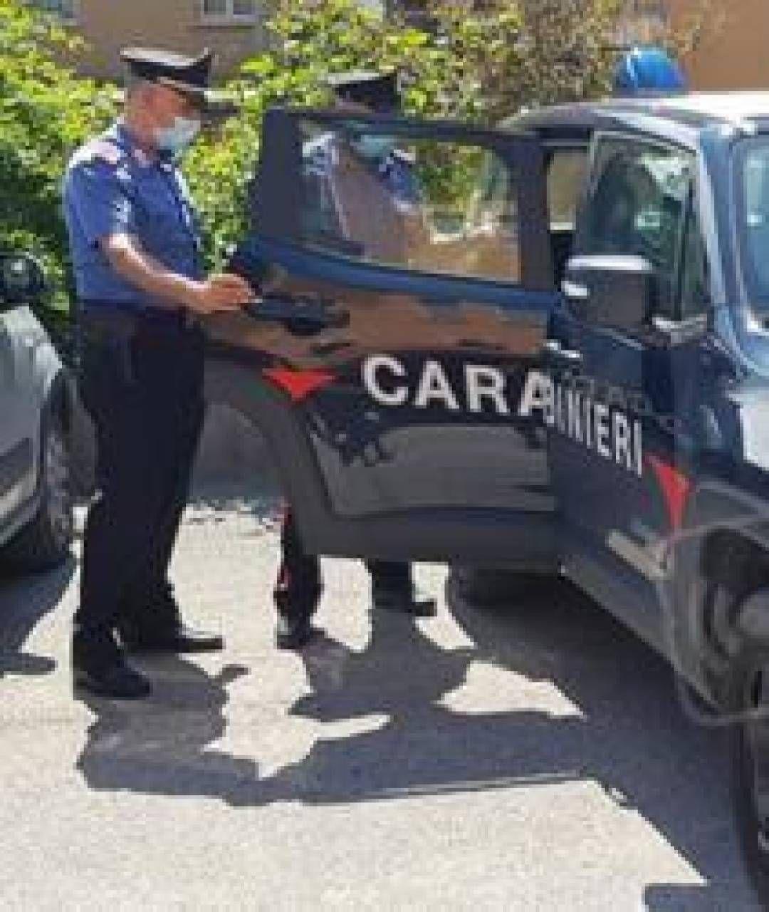Dopo la segnalazione della vicina i carabinieri sono stati obbligati a effettuare una perquisizione in casa