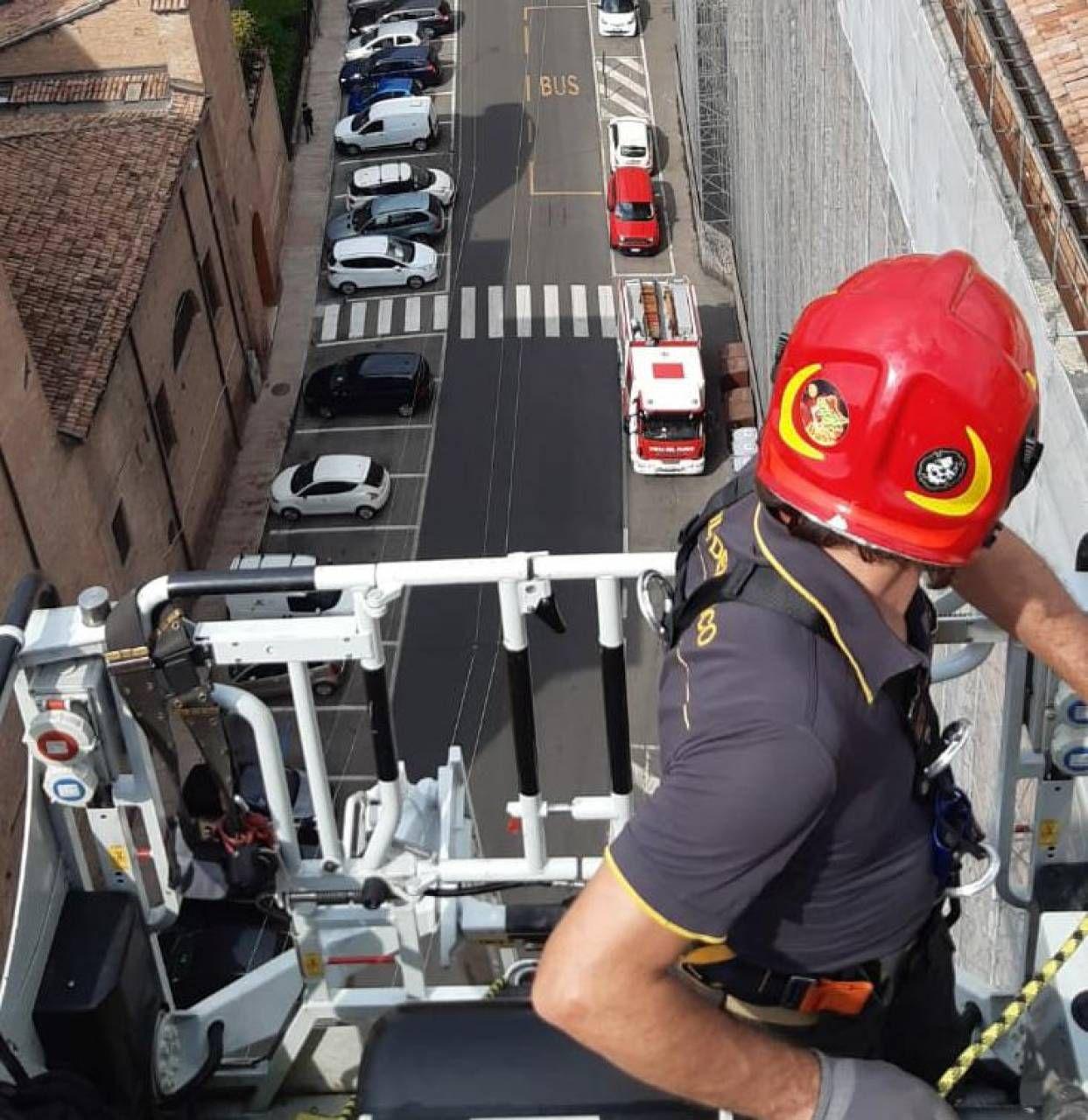 Un'immagine scattata dall'autoscala dei vigili del fuoco