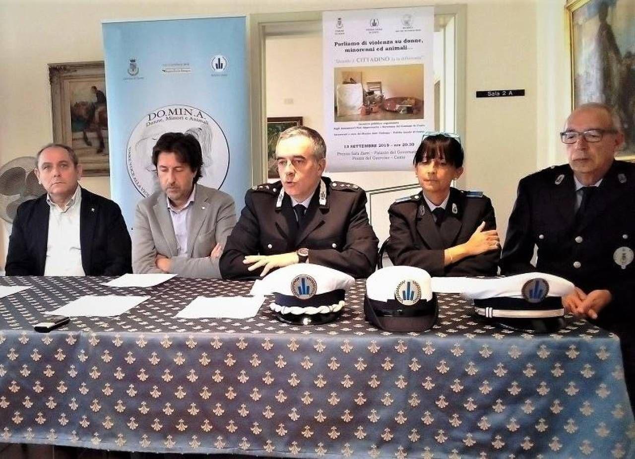 Nella foto di repertorio la conferenza stampa con il sindaco Toselli e. l'assessore alla Sicurezza. Labianco sulla nascita del progetto anti violenza