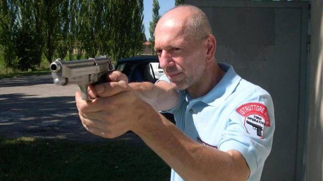 L'istruttore di tiro Mario Gilli al lavoro al poligono di Bondeno