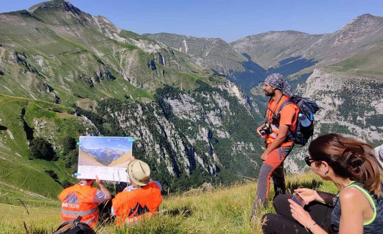 I geologi di Geomore, spinoff dell'Università di Camerino, impegnati in una breve lezione sulla valle del Tenna
