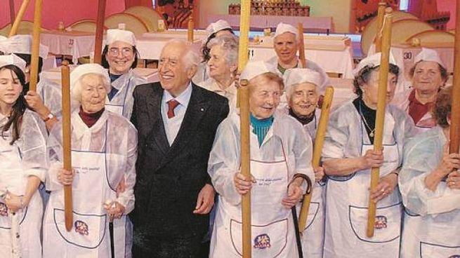 Ivo Galletti, assieme a un gruppo di sfogline in un'edizione del 'Matterello d'oro'