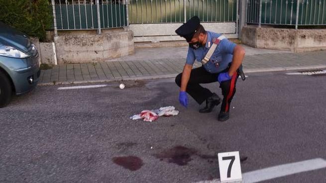 I carabinieri sul luogo dell'omicidio (foto Cusa)