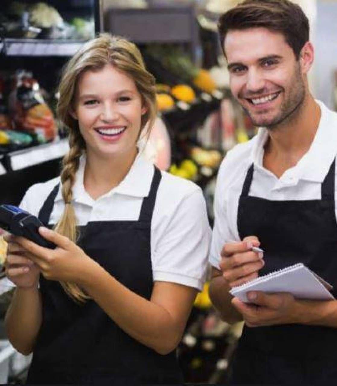 Tante offerte di lavoro per i più giovani ma sotto forma di stage o apprendistato; a destra una manifistazione. sul problema dell'occupazione giovanile