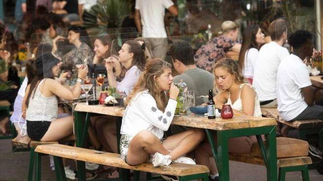 Covid, più contagi tra i giovani. Follain un ristorante di Amsterdam (Ansa)