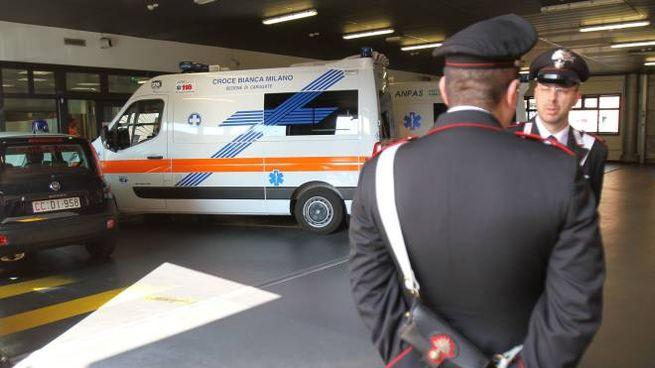 I carabinieri davanti al pronto soccorso di Vimercate