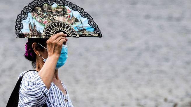 Roma, una donna cerca di ripararsi dal caldo in Piazza del Popolo (Foto: ANSA)