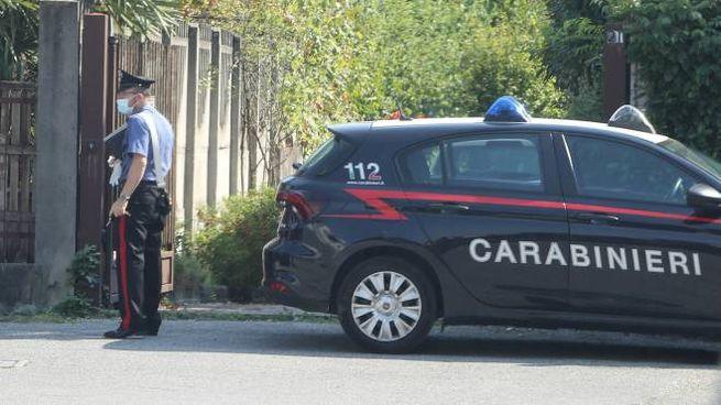 Carabinieri davanti alla villetta della coppia