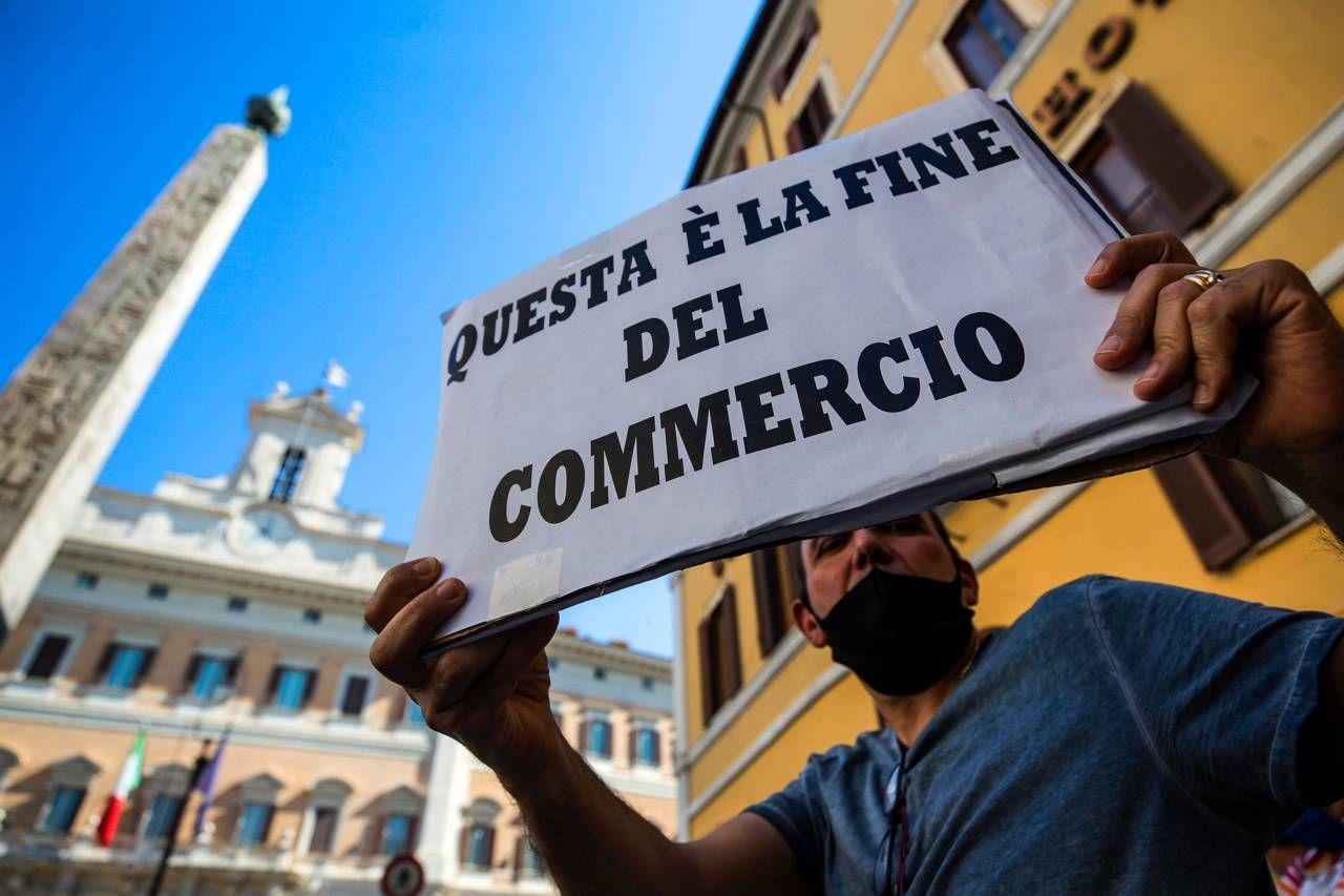 La  manifestazione dei commercianti ambulanti in piazza Montecitorio (Ansa)