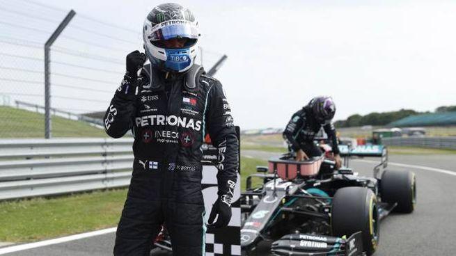 Valtteri Bottas festeggia la pole nel GP 70 a Silverstone (Ansa)