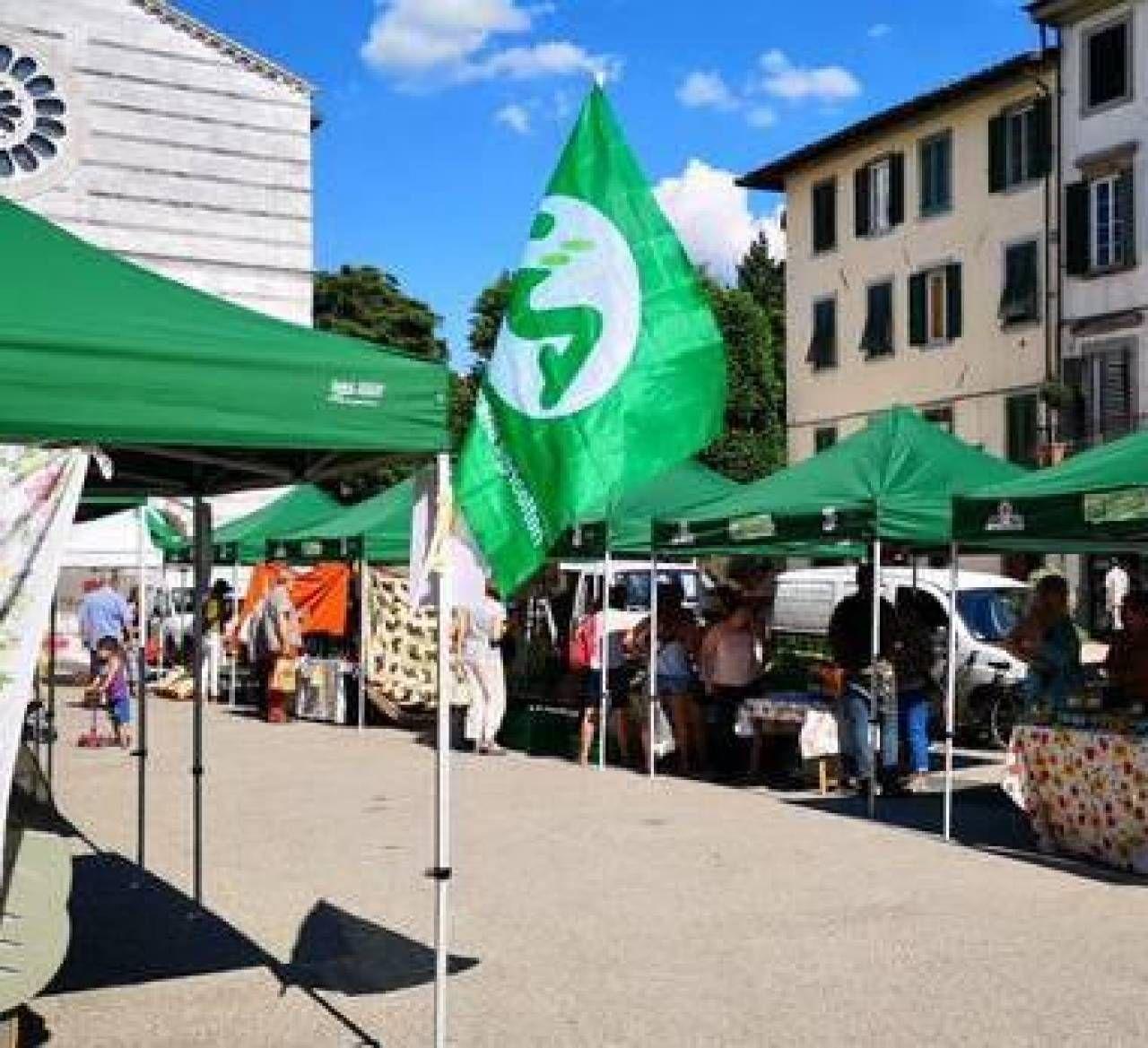 A sinistra, bancarelle di prodotti agricoli in piazza San Francesco e, sotto, Mariangela Vacatello