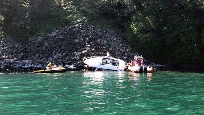 Il motoscafo finito contro gli scogli sul lago di Como