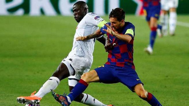 Koulibaly contrasta Messi (Ansa)