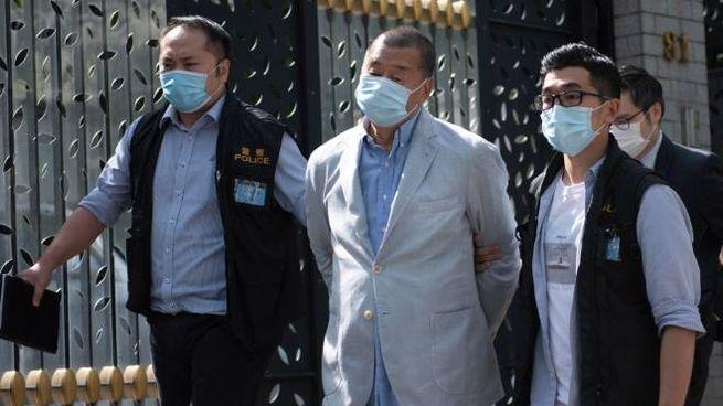 L'arresto del magnate Jimmy Lai (Ansa)