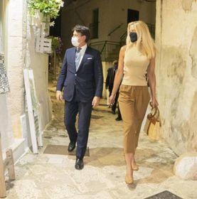 Giuseppe Conte (56 anni) due giorni fa in Puglia sfila davanti ai fotografi insieme a Olivia Paladino (39)