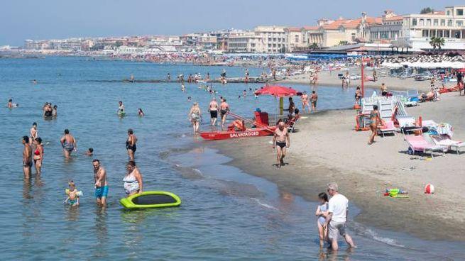 Gente in spiaggia a Ostia (Ansa)