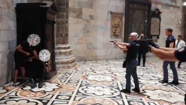 L'intervento della polizia e la mediazione all'interno del Duomo