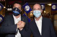 A destra nella foto Luca Zaia, 52 anni,. presidente della Regione Veneto dal 2010 con Matteo Salvini, 47 anni, leader della Lega