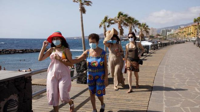 Turisti passeggiano nella città di Candelaria, sull'isola di Tenerife (Ansa)