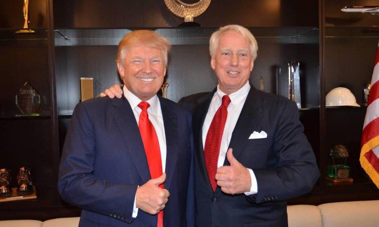 Un abbraccio tra i sorridenti fratelli Donald e Robert Trump. Robert, nato nel. 1948, ha due anni in. meno del presidente