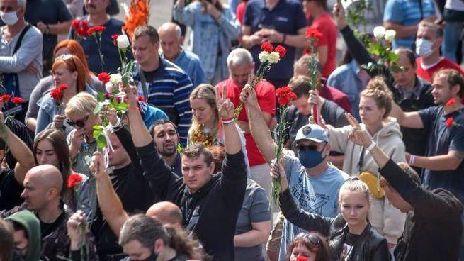 Bielorussia, il 'funerale nazionale' per il manifestante morto (Ansa)