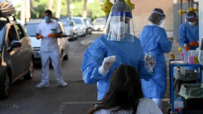 Coronavirus, test a Roma a chi torna dalle vacanze all'estero (Ansa)
