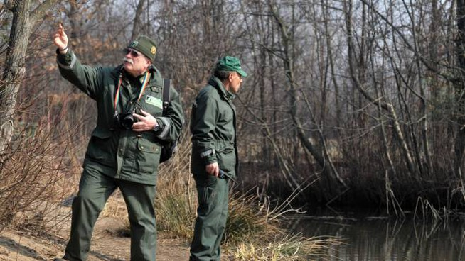 Alcune guardie ecologiche volontarie perlustrano un corso d'acqua