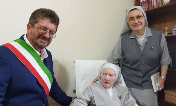 Il sindaco di Signa Giampiero Fossi con suor Costanza Midena e una consorella nel giorno del compleanno numero 102