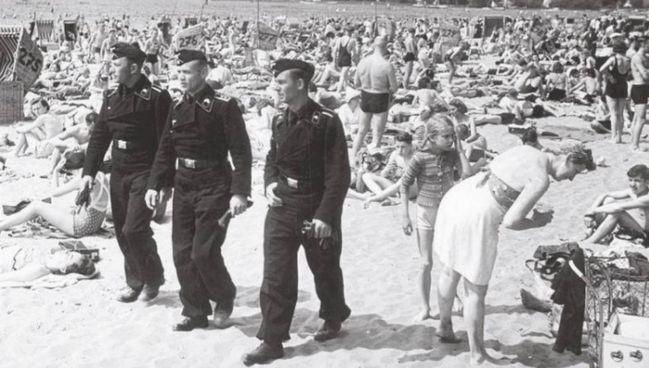Tre soldati tedeschi fra i bagnanti al lago di Wannsee