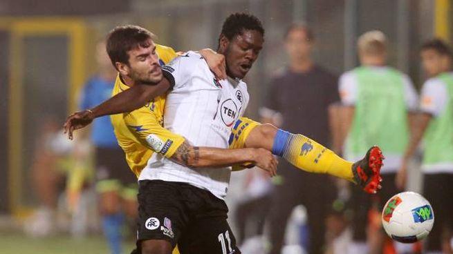 Spezia-Frosinone, Gyasi difende palla dal pressing di Brighenti (Alive)