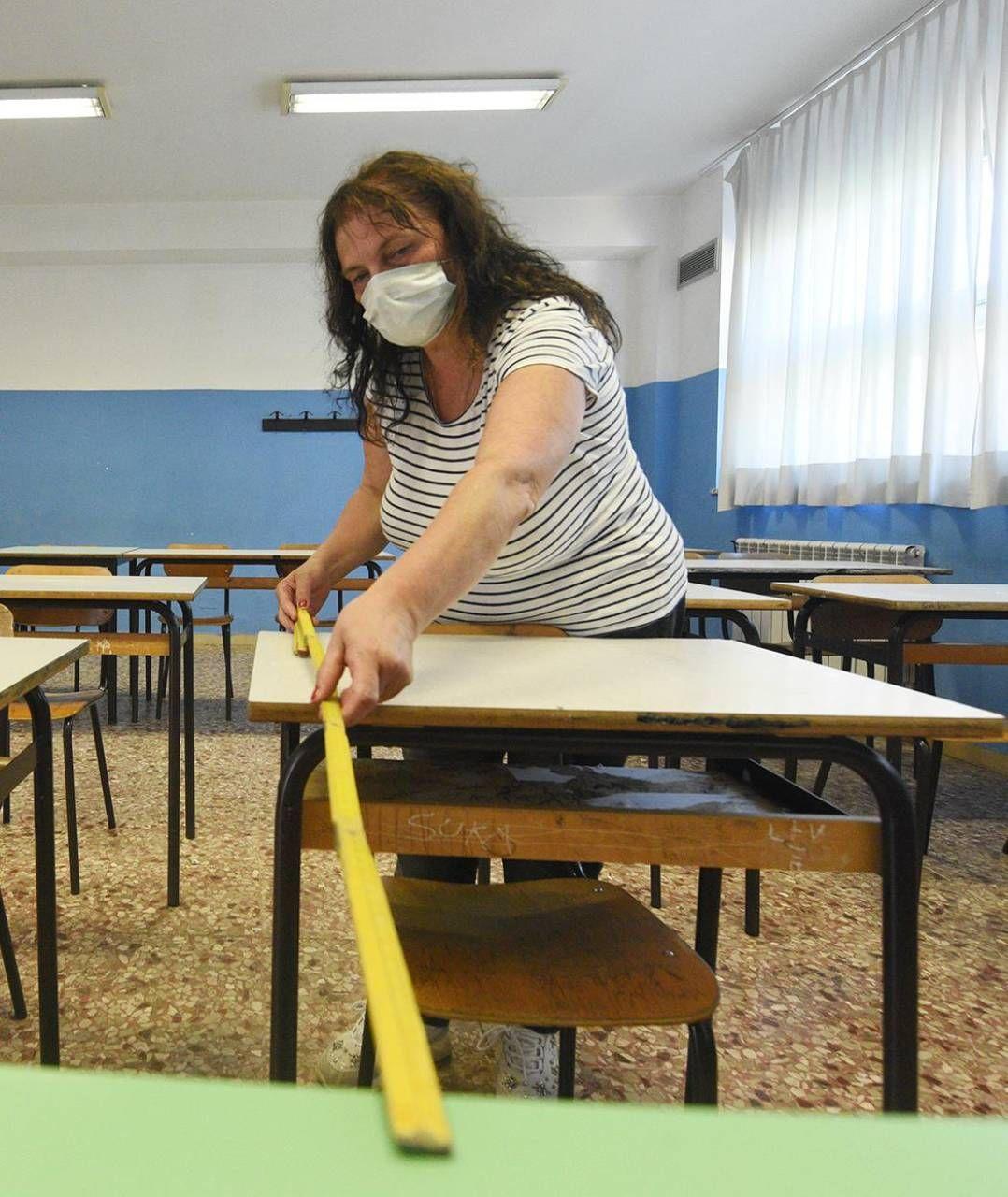 Le normative anti-Covid-19 prevedono anche il distanziamento dei banchi nelle aule (Foto di repertorio)