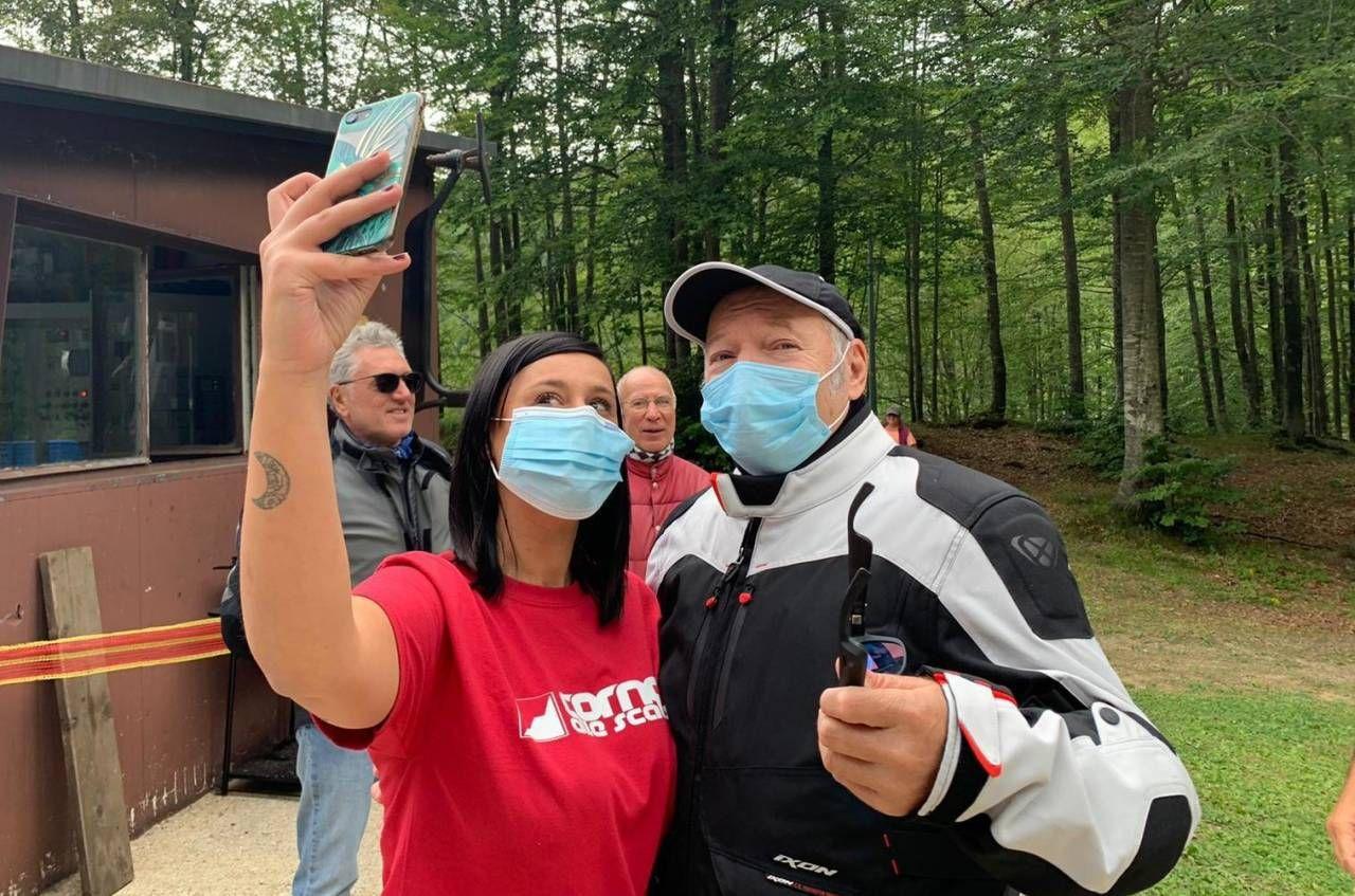 Vasco si è prestato a scattare qualche selfie con gli ammiratori al Corno