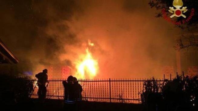 incendio al deposito Prealpi (foto vigili del fuoco)