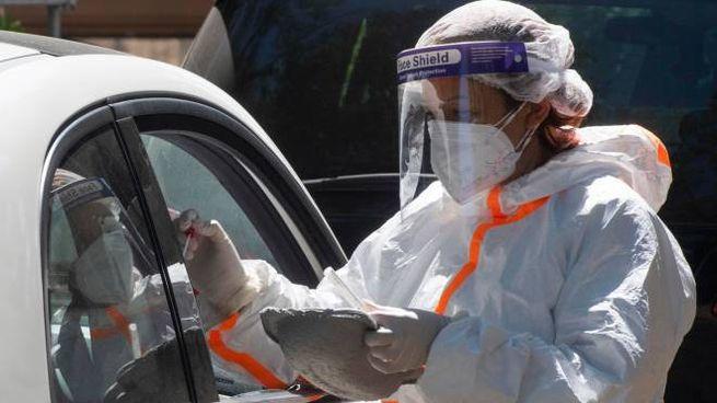 Coronavirus, tamponi drive-in (Ansa)