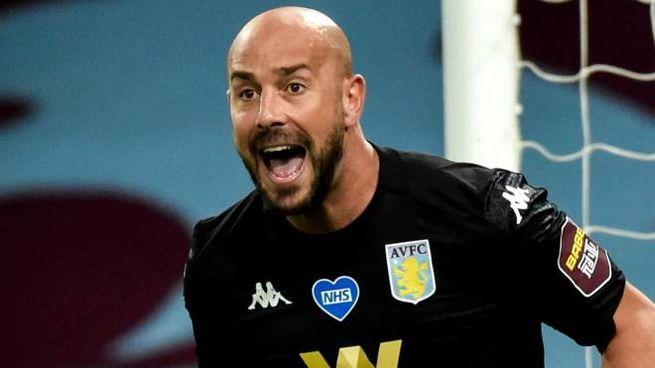 Pepe Reina con la maglia dell'Aston Villa