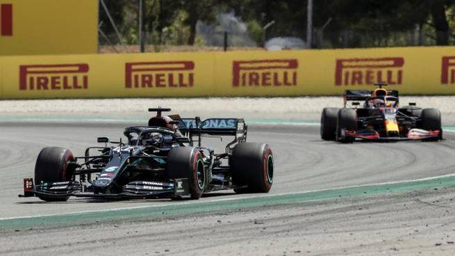 Hamilton e Verstappen in pista (Ansa)
