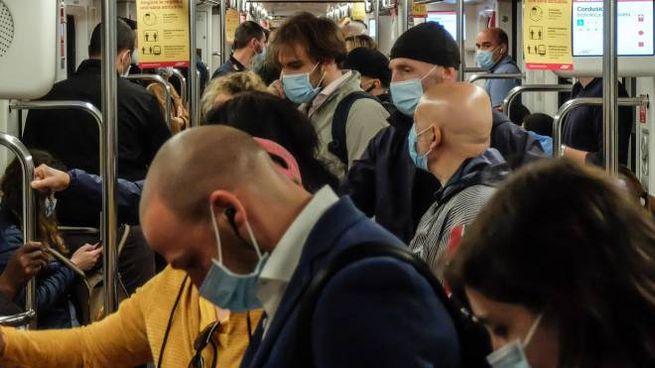 Trasporti e distanziamento: una metro affollata a Milano (Ansa)