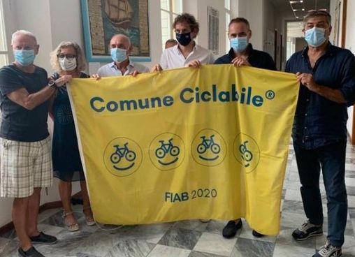 La bandiera consegnata direttamente al sindaco Bruno Murzi dalla Federazione Italiana Ambiente e Bicicletta per le politiche per le due ruote
