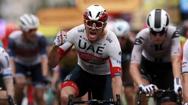 Alexander Kristoff della UAE-Team Emirates celebra la vittoria sul traguardo (Ansa)