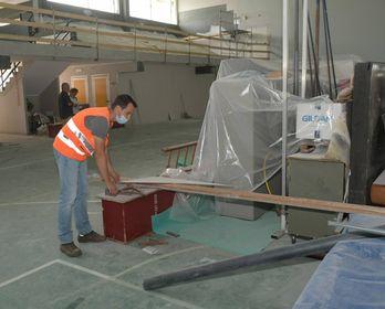 Operai in azione nell'impianto sportivo della scuola media Calamandrei