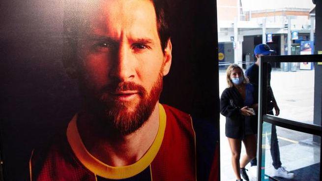 Un poster di Leo Massi con la maglia del Barcellona (Ansa)