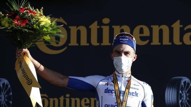 Julian Alaphilippe festeggia la vitoria sul podio (Ansa)