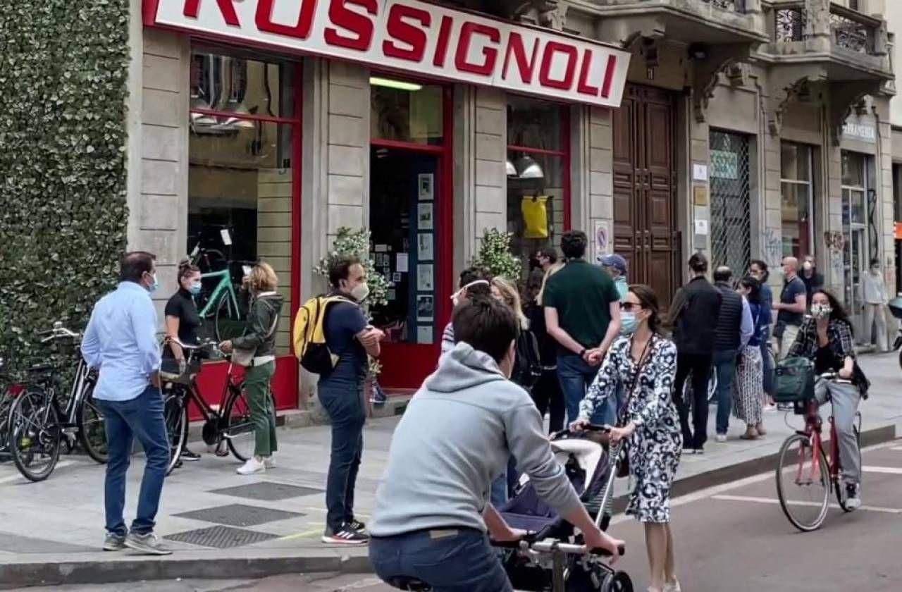 Gente in fila la scorsa primavera a Milano per l'acquisto delle biciclette dopo l'ufficialità del bonus