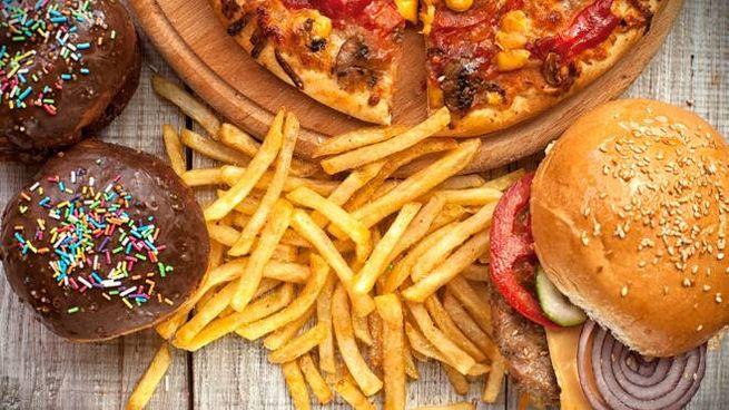 Il cibo spazzatura favorisce l'invecchiamento cellulare