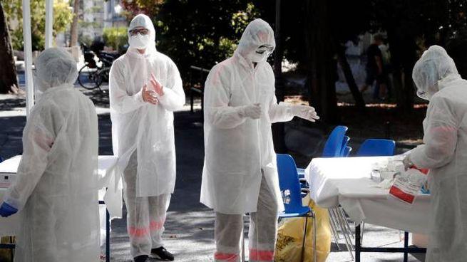 Coronavirus, operatori sanitari al lavoro per i test (Ansa)