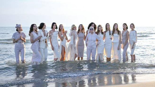 La sfilata di Chiara Boni sulla spiaggia di Forte dei Marmi